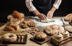 Zakończenie w górę piekarza wręcza ugniatać ciasto i robić chlebowi z toczną szpilką obrazy stock
