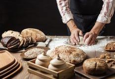Zakończenie w górę piekarza wręcza ugniatać ciasto i robić chlebowi z toczną szpilką fotografia royalty free