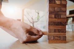 Zakończenie w górę pojęcia biznesowy ryzyko z domino blokami obraz royalty free