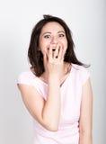 Zakończenie w górę portret brunetki szczęśliwej młodej pięknej kobiety zamyka usta ręką Szokuję zaskakiwał ogłuszonego Pozytywna  zdjęcia stock