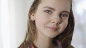 Zakończenie w górę portreta ładna nastolatek dziewczyna trząść jej głowę w ten sposób włosianą jest trzepotliwy i patrzejący w ka zdjęcie wideo