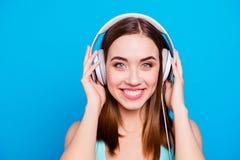 Zakończenie w górę portreta atrakcyjna śliczna powabna dama używa słuchawki słucha rozsądnych ślada czuć zawartość satysfakcjonuj zdjęcia stock