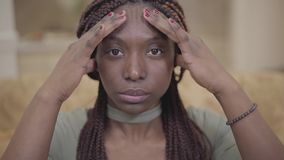 Zakończenie w górę portreta atrakcyjna amerykanin afrykańskiego pochodzenia młoda kobieta robi kierowniczemu masażowi w jej miesz zbiory