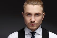 Zakończenie w górę portreta bardzo przystojny młody człowiek z popielatymi oczami zdjęcie royalty free
