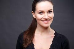 Zakończenie w górę portreta elegancka brunetki kobieta z nagą postacią uzupełniał Obraz Royalty Free