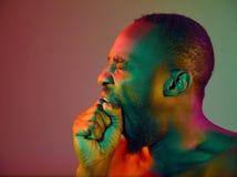 Zakończenie w górę portreta młody nagi afrykański mężczyzna patrzeje kamerę indoors obrazy stock