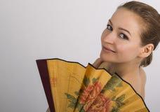 Zakończenie w górę portreta piękna brunetki kobieta zakrywa połówkę twarzy pięknego fan Zdjęcia Stock