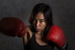 Zakończenie w górę portreta potomstwo dysponowana Azjatycka Chińska kobieta rzuca poncz w złej dziewczyny postawie gniewnej w spr Obrazy Stock