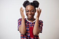 Zakończenie w górę portreta roześmiana Afro kobieta z nastroszonymi rękami Fotografia Royalty Free