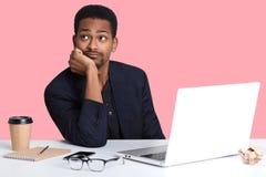 Zakończenie w górę portreta rozważny amerykanin afrykańskiego pochodzenia biznesmen myśleć o mieć spoczynkowego i relaksującego,  zdjęcia stock