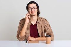 Zakończenie w górę portreta ruchliwie kreatywnie mężczyzna dzwoni partnera biznesowego dyskutować przyszłościowego spotkania, now zdjęcia royalty free