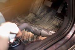 Zakończenie w górę próżniowego cleaner Vacuuming stopa odpoczynek na samochodzie obrazy royalty free