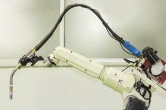 Zakończenie w górę przemysłowej spawka robota ręki z mig elektrodowym właścicielem pochodnią dla przemysłowego przy fabryką lub zdjęcie stock