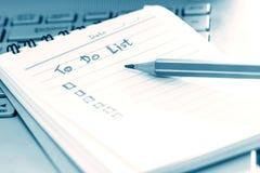 Zakończenie w górę Ręcznie pisany robić lista planowi w małej nutowej książce, mo Fotografia Stock