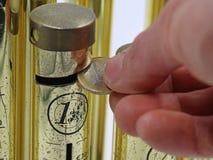 Zakończenie w górę ręki rzuca euro monetę w pieniądze pudełko obrazy royalty free