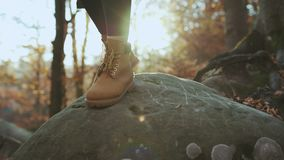 ZAKOŃCZENIE W GÓRĘ rocznika mountaineering rzemiennych butów i unrecognizable awanturniczego żeńskiego wycieczkowicza wspina się  zdjęcie wideo