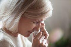 Zakończenie w górę rozczarowanego starzejącego się kobiety obcierania drzeje płacz fotografia stock