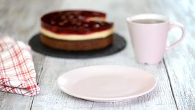 Zakończenie w górę smakowitego galaretowego wiśnia torta na talerzu zbiory wideo