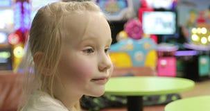 Zakończenie w górę smutnej twarzy dziewczyna troszkę jest w dziecka ` s centrum zdjęcie wideo