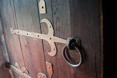 Zakończenie w górę starego drewnianego drzwi z metalem zapętla Obrazy Royalty Free