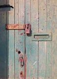 zakończenie w górę starego drewnianego drzwi z zielenią blakł farbę i ośniedziałego zamkniętego metalu listowego pudełko kłódki i zdjęcia royalty free