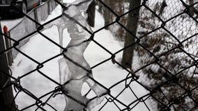 Zakończenie w górę starego ośniedziałego ogrodzenia zakrywającego z dużych ostrych icicles/soplena lodowym obwieszeniem od ogrodz zdjęcia royalty free
