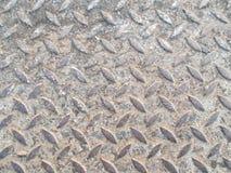 Zakończenie w górę starego stal wzoru z brudnym ziemia i piasek na ścieżka spaceru tło obrazy stock