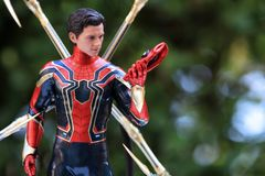 Zakończenie w górę strzału Żelazna czlowiek-pająk superheros postać w akcji zdjęcia stock