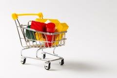 Zakończenie w górę supermarketa sklepu spożywczego pchnięcia fury dla robić zakupy z żółtą rękojeścią wypełniał z barwiącymi geom obraz stock