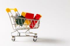 Zakończenie w górę supermarketa sklepu spożywczego pchnięcia fury dla robić zakupy z żółtą rękojeścią wypełniał z barwiącymi geom zdjęcia royalty free