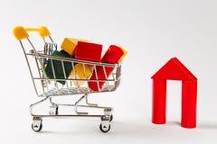 Zakończenie w górę supermarketa sklepu spożywczego pchnięcia fury dla robić zakupy z żółtą rękojeścią wypełniał z barwiącymi geom zdjęcie stock