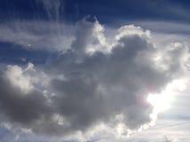 Zakończenie w górę szarego obłocznego nakrycia słońce zdjęcia royalty free