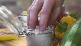 Zakończenie w górę szefa kuchni kucharza ręki bierze solankowego nękanie dla solić jedzenie podczas gdy gotujący na kuchni Szefa  zbiory