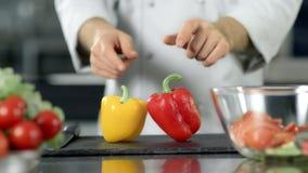 Zakończenie w górę szefa kuchni wręcza kładzenie pieprzu w zwolnionym tempie przy kuchenną restauracją zbiory wideo