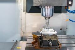 Zakończenie w górę tnącego narzędzia pracuje z workpiece wysokim prędkości i dokładności cnc machining centrum zdjęcie royalty free