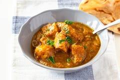 Zakończenie w górę tradycyjnego Indiańskiego masło kurczaka curry'ego i cytryny słuzyć z chapati chlebem na popielatym talerzu zdjęcia stock