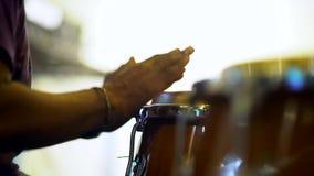 Zakończenie w górę unrecognizable muzyka bawić się congas z muzycznym stojakiem zdjęcie wideo