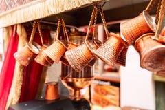 Zakończenie w górę wiązki miedziani kawa garnki wieszał w górę rynku w Istanbuł wewnątrz zdjęcia stock
