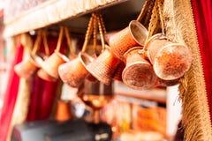 Zakończenie w górę wiązki miedziani kawa garnki wieszał w górę rynku w Istanbuł wewnątrz obrazy royalty free