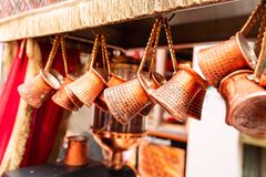 Zakończenie w górę wiązki miedziani kawa garnki wieszał w górę rynku w Istanbuł wewnątrz obraz royalty free