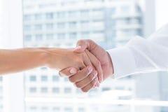 Zakończenie w górę widoku dwa ludzie biznesu trząść ręki Fotografia Stock