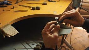 Zakończenie w górę widoku instrumentu fotr jewerly praca przy ciesielka sklepu zwolnionym tempem zdjęcie wideo