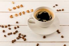 Zakończenie w górę widoku kawowego kubka kontrpara i Ja kochamy kawowego literowanie Zdjęcie Royalty Free