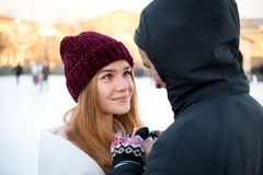 Zakończenie w górę widoku pary mienia ręki w zimie outdoors obrazy royalty free