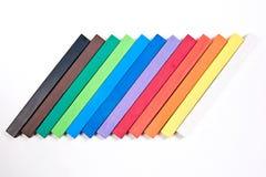 Zakończenie w górę widoku różny pisze kredą pastel na białym b Fotografia Stock