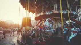 Zakończenie w górę widoku: tradycyjny kondygnaci fairground rocznika carouse zdjęcie wideo
