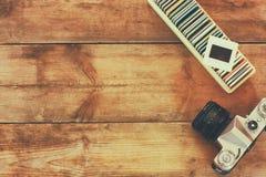Zakończenie w górę wizerunku stare obruszenie ramy i stara kamera nad drewnianym stołem Obrazy Stock