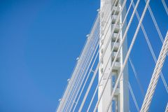 Zakończenie w górę zawieszenie kabli trzymać na dystans bridżowy iść od Oakland Yerba Buena wyspa, San Francisco zatoka, Kaliforn zdjęcia stock