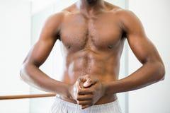Zakończenie w połowie sekcja bez koszuli mięśniowy mężczyzna obraz royalty free