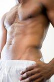 Zakończenie w połowie sekcja bez koszuli mięśniowy mężczyzna fotografia stock
